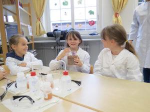 Ein Klassenzimmer wird zum Chemielabor